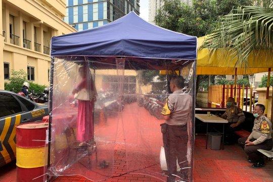 Polsek Tanjung Duren pasang bilik semprot disinfektan untuk tamu