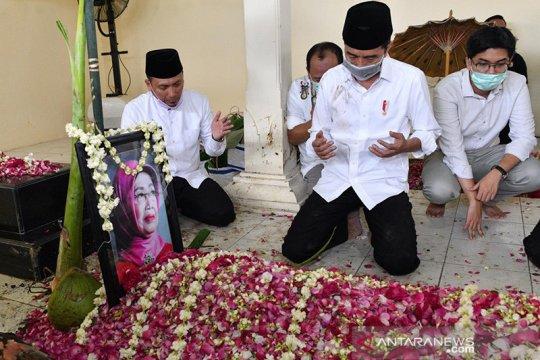 "Presiden Jokowi lakukan tradisi ""brobosan"" saat prosesi pemakaman"