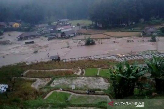 Ridwan Kamil tinjau lokasi banjir di Kabupaten Bandung