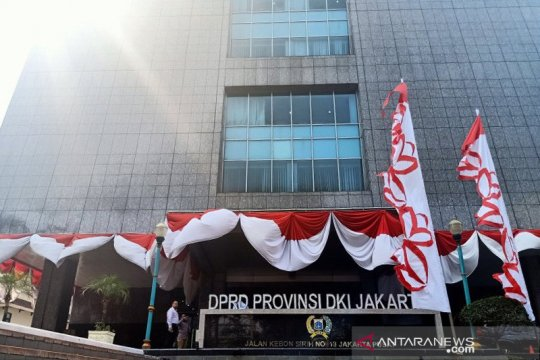 Komisi B-C DPRD DKI gelar rapat di luar meski gedung sudah buka