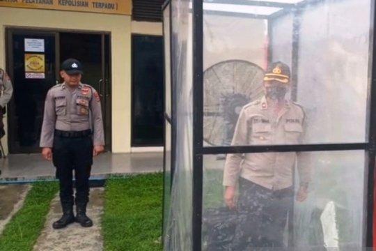 Pengunjung Polres Nagan Raya disemprot disinfektan cegah COVID-19