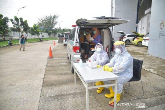 77 orang negatif COVID-19 saat Drive Thru di Stadion Bekasi