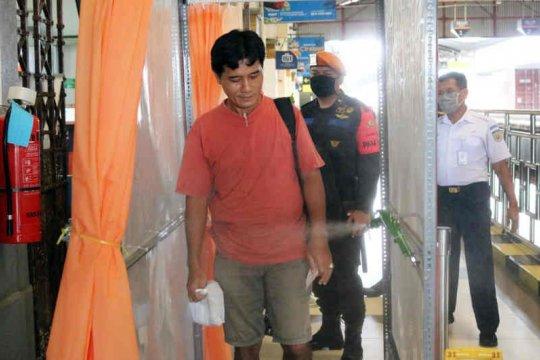 KAI Cirebon gunakan bilik desinfektan untuk sterilkan penumpang