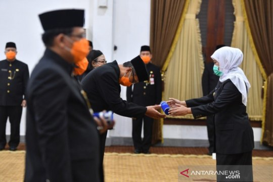 Gubernur Jatim lantik ASN gunakan masker di Grahadi