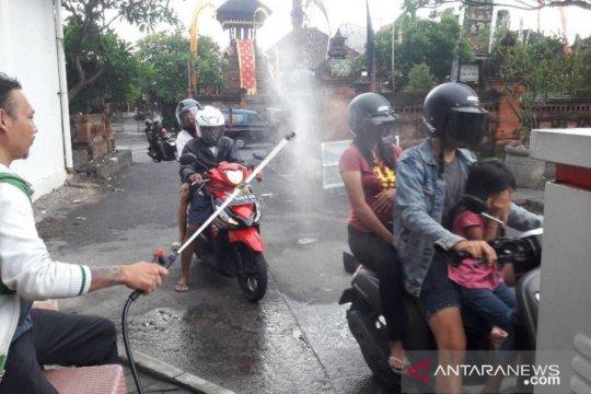 Antisipasi COVID-19, pengunjung Pasar Badung disemprot disinfektan