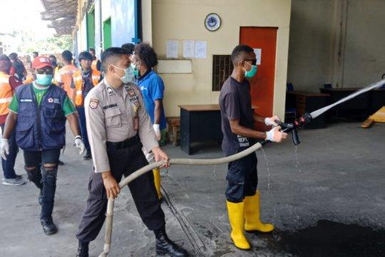 Gudang kargo Bandara Sentani disemprot disinfektan cegah COVID-19