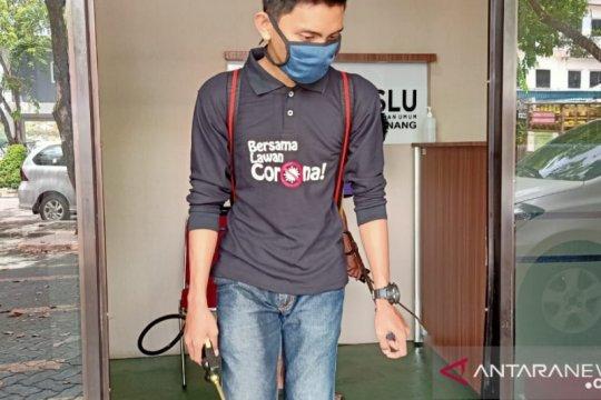 Relawan semprot disinfektan di Kantor Bawaslu Tanjungpinang