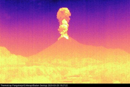 Gunung Merapi meletus dengan tinggi kolom 3.000 meter