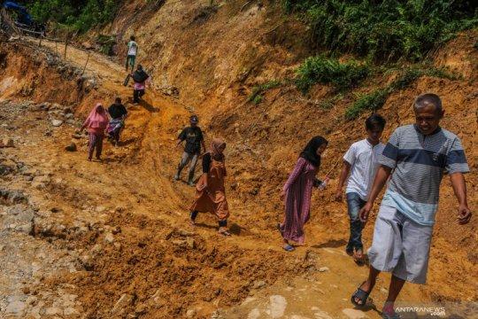 Jalan Provinsi Banten-Jawa Barat terputus akibat longsor