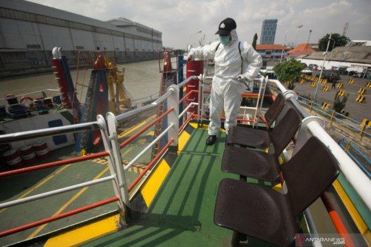 Penyemprotan disinfektan di Pelabuhan Tanjung Perak