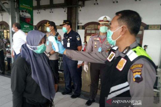 Penumpang KA Semarang diminta isi formulir bersedia mengisolasi diri