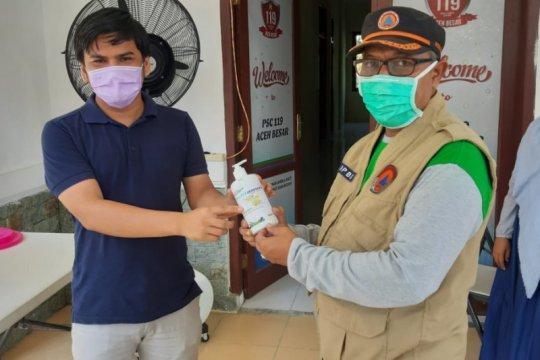 Penyanitasi tangan disumbangkan untuk Gugus Tugas COVID-19 Aceh Besar