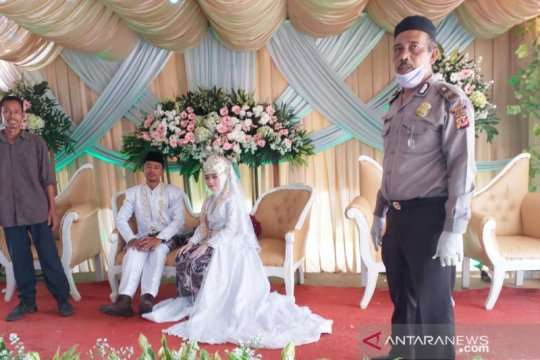 Tentara dan polisi bubarkan resepsi pernikahan di Kabupaten Bone