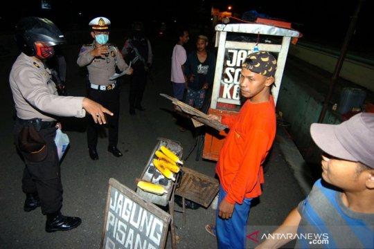 Patroli keliling bubarkan kerumunan warga