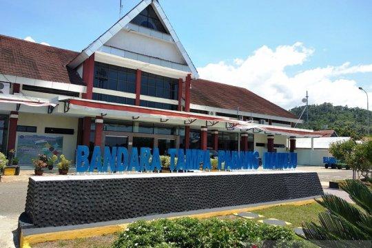 Seorang penumpang dievakuasi dari Bandara Tampa Padang Mamuju