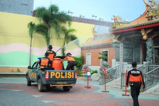 Polda Sumbar semprotkan disinfektan di sejumlah titik di Padang