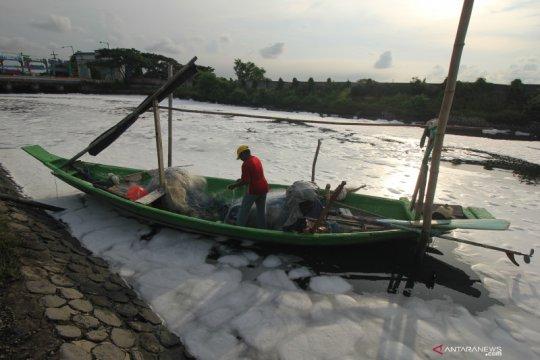 Sungai Tambak Wedi Surabaya berbusa akibat limbah rumah tangga