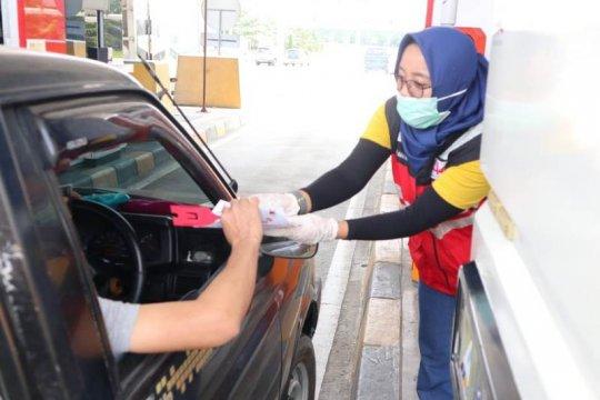 Hutama Karya bagikan tongkat e-toll gratis kepada pengguna jalan tol