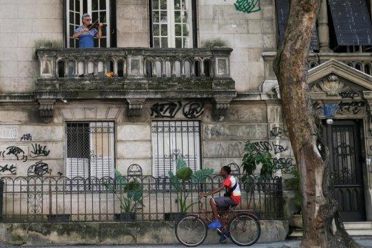 Tidak percaya negara, kawasan kumuh Brazil sewa dokter sendiri