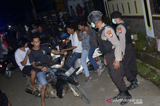 Polisi terus bubarkan kerumunan massa antisipasi Covid-19