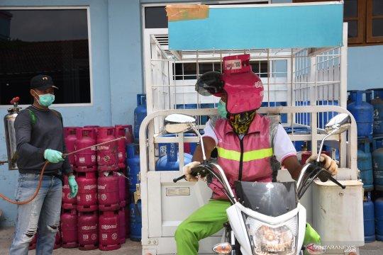 Penyemprotan disinfektan pada agen elpiji Pertamina