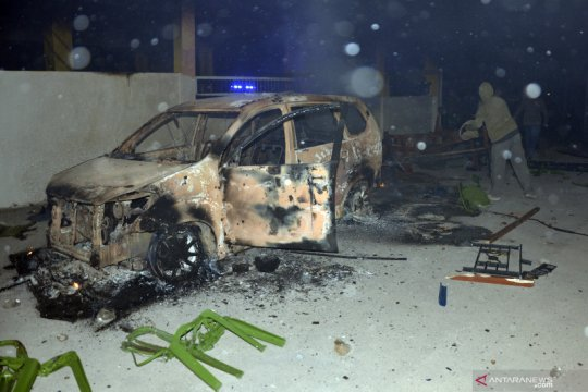 Warga bakar kafe dan mobil di Gowa