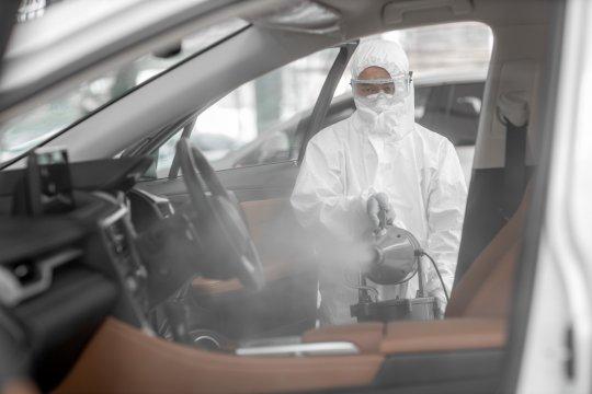 Lakukan hal ini usai semprot disinfektan interior mobil