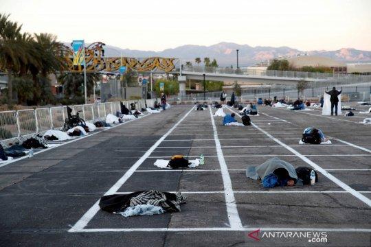 Tunawisma tidur di tempat parkir di tengah wabah COVID-19 di AS