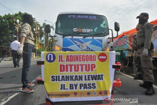 Akses utama ke kota Padang ditutup