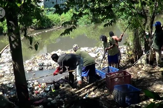 Mengundang kesadaran warga agar tak mengotori Sungai Loji