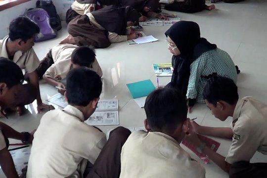 Akibat banjir,2 minggu siswa belajar di Masjid