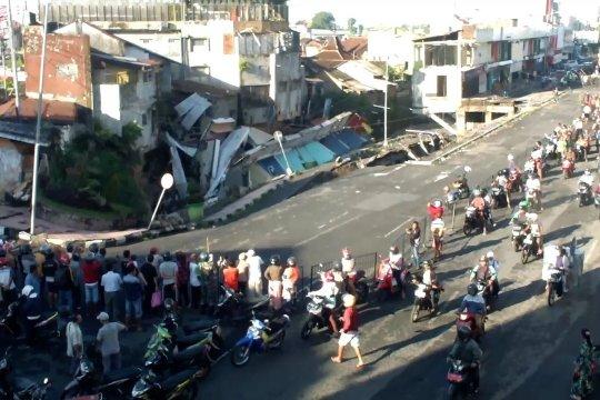 Jembatan Jompo ambruk, sembilan ruko di pusat Kota Jember hancur