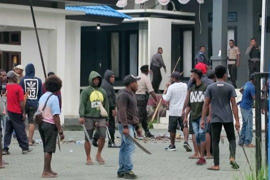 Polisi akan tindak tegas pelaku pembakaran kantor Bupati Waropen