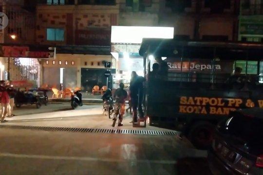 Satpol PP WH bersama TNI Polri bubarkan keramaian
