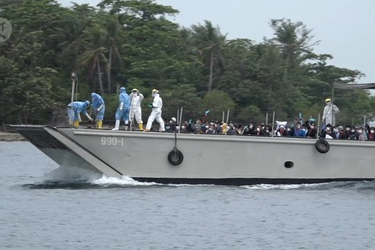 Detik-detik 68 WNI kru kapal Diamond Princess tiba di pulau observasi