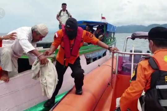 Basarnas evakuasi penumpang KM Wiawia di Perairan Konawe