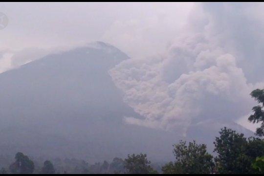 Gunung Semeru kembali muntahkan awan panas