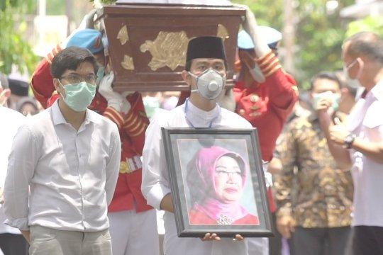 Jenazah Ibunda Jokowi dibawa ke pemakaman keluarga