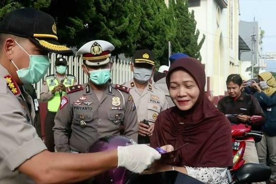 Mulai langka dan mahal, polisi bagikan masker dan penyanitasi tangan