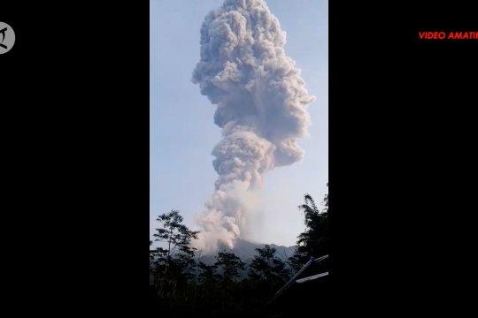 Gunung Merapi  semburkan abu vulkanik sejauh 6 km