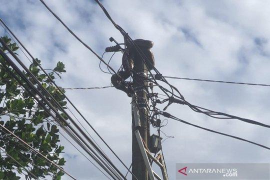 Damkar Jaktim  evakuasi ular sanca di atas tiang listrik di Cipayung