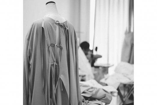 Desainer Indonesia Hian Tjen produksi puluhan APD