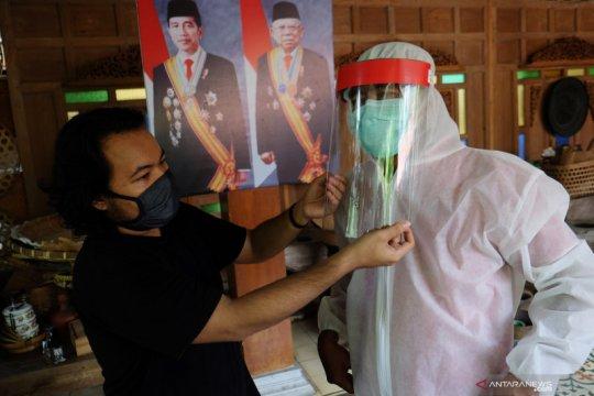 Produksi alat pelindung diri untuk wajah
