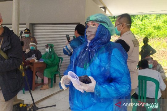 Akibat APD minim, petugas kesehatan Cianjur terpaksa gunakan jas hujan