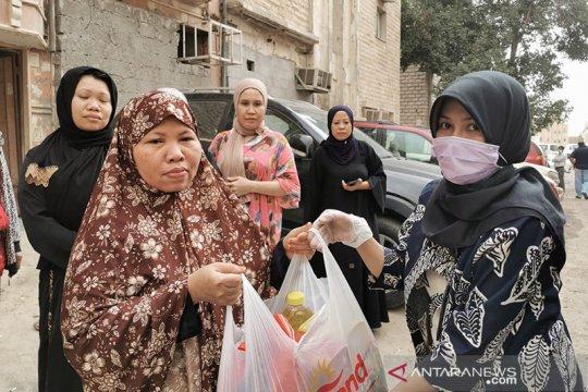WNI pekerja informal terima bantuan bahan pangan dari KBRI Kuwait