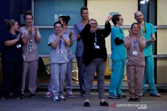 Warga Inggris bertepuk tangan apresiasi para petugas medis