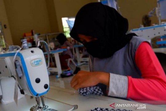 SMKN1 Kandangan produksi masker kain gratis cegah Corona