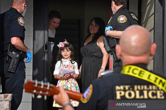 Begini cara polisi Amerika menghibur anak-anak saat krisis COVID-19