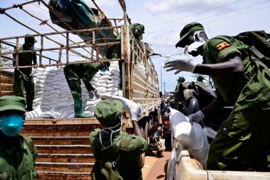 Warga Uganda olah limbah plastik menjadi pelindung wajah