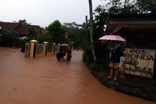 Tanah longsor dan banjir melanda sejumlah wilayah di Banyumas